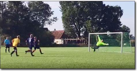 Keine Chance für den baumlangen Gästetorhüter beim Strafstoß von Tobias Ihde, der die 1:0-Führung gegen den TuS Hasbergen bedeutete.